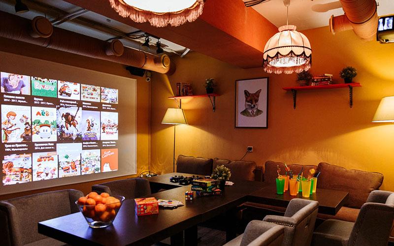 Оранжевый зал с абажурами
