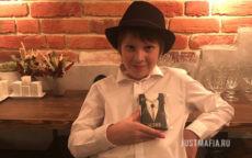 Мальчик в шляпе держит пряник «Шериф»