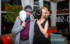 Ведущий Мафии Олег и девушка с масками для игры в Мафию