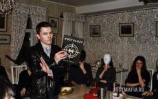 Ведущий Дмитрий показывает запрещающий жест игроку